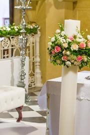Διακόσμηση εκκλησίας με λουλούδια