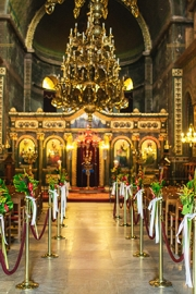 Στολισμός εκκλησίας με εξωτικά λουλούδια