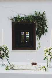 Στολισμός εκκλησίας με λευκά λουλούδια