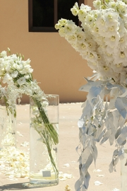 Στολισμός εκκλησίας λευκά λουλουδια