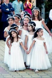 Λευκά φορεμάτακια για τα παρανυφάκια