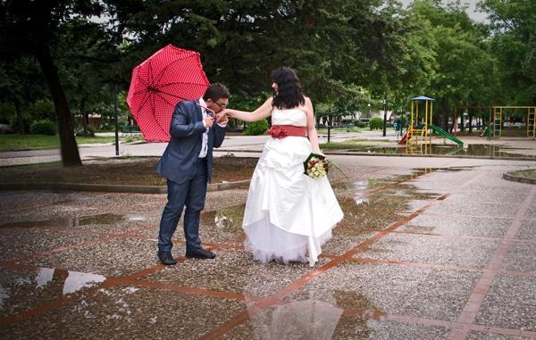 μοντερνος γαμος βροχη