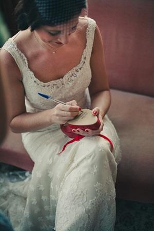 γαμοσ χειμωνα κοκκινα νυφικα παπουτσια ρετρο