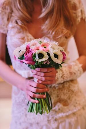 νυφικη-ανθοδεσμη-λευκες-ανεμωνες-ροζ-τριανταφυλλα