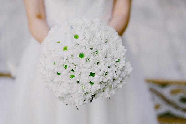 Λευκή νυφική ανθοδέσμη με μαργαρίτες