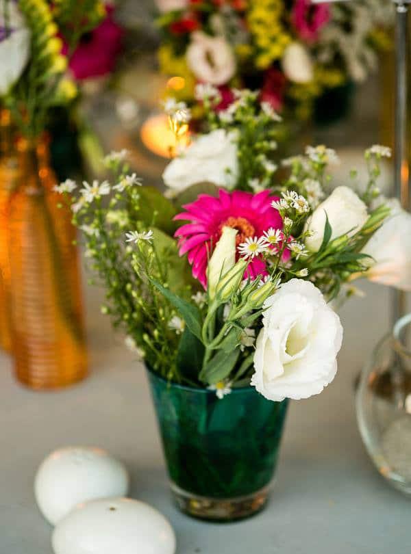 στολισμος-γαμου-με-πολυχρωμα-λουλουδια