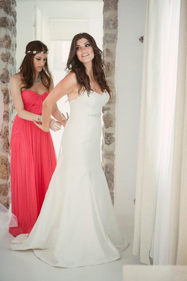 απλα-νυφικα-φορεματα-για-γαμο-σε-παραλια