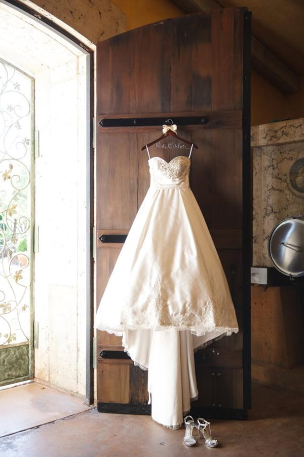 ξυλινη-κρεμαστρα-για-vintage-rustic-γαμο