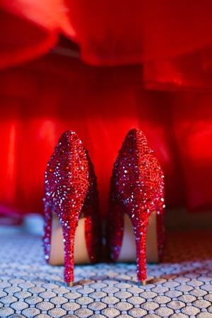 κοκκινα-παπουτσια-νυφης-Benjamin-Adams