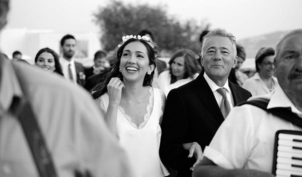 καλοκαιρινος-γαμος-στη-μυκονο-συνοδεια-νυφης-1