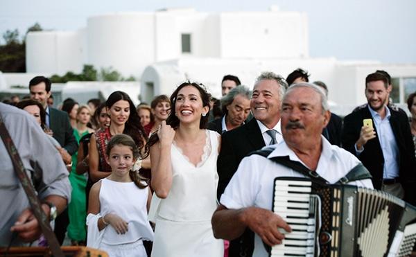 καλοκαιρινος-γαμος-στη-μυκονο-συνοδεια-νυφης-2