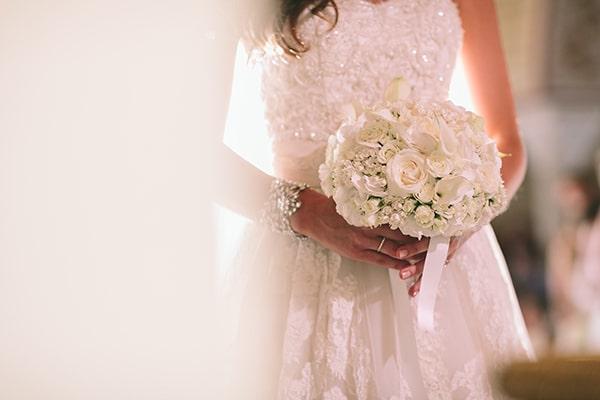νυφικη-ανθοδεσμη-με-λευκα-λουλουδια
