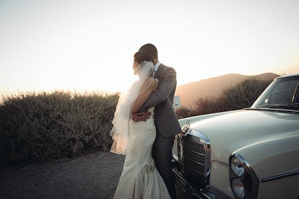 καλοκαιρινος-γαμος-στην-σαντορινη-ζευγαρι