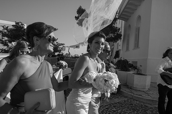 καλοκαιρινος-γαμος-στην-σαντορινη-συνοδεια-νυφης