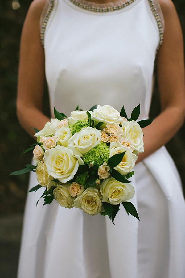 λευκη-νυφικη-ανθοδεσμη-με-τριανταφυλλα
