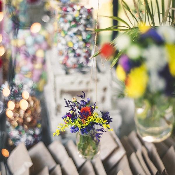 στολισμος-με-βαζακια-με-πολυχρωμα-λουλουδια (1)
