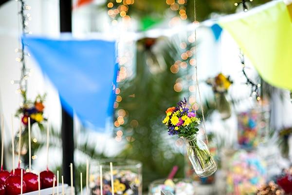 στολισμος-με-σημαιακια-και-βαζακια-με-πολυχρωμα-λουλουδια