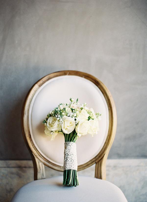 νυφικη-ανθοδεσμη-λευκα-λουλουδια