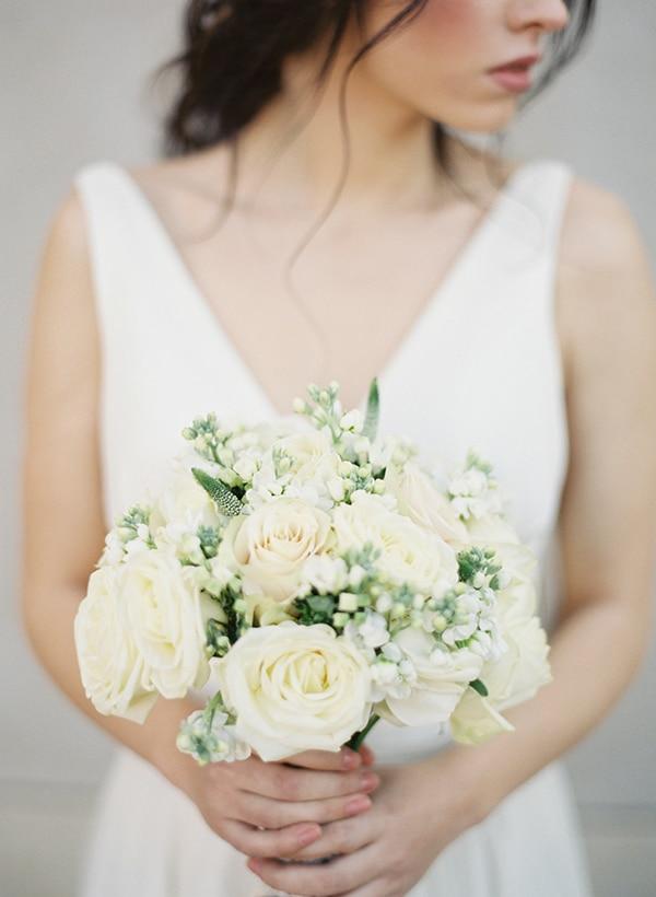 νυφικο-μπουκετο-ασπρα-λουλουδια