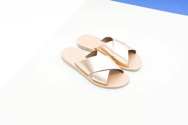νυφικα-παπουτσια-γαμος-νησι