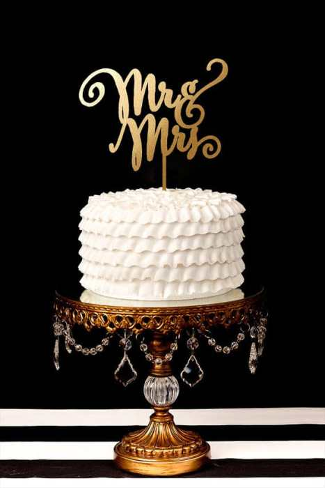 Mr & Mrs cake topper σε χρυσό για ένα κομψό γάμο