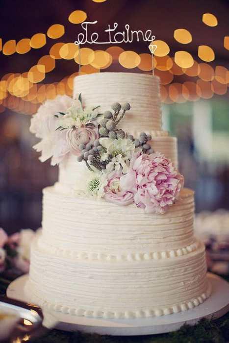 Κορυφή τούρτας γάμου σε λευκό χρώμα που ταιριάζει απόλυτα σε ένα ρουστίκ γάμο
