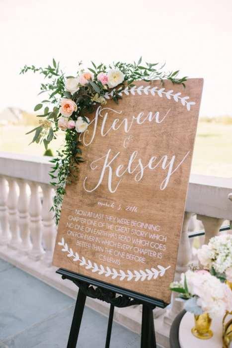 Ξύλινη πινακίδα γάμου για να καλωσορίσετε τους καλεσμένους στη δεξίωση του γάμου σας