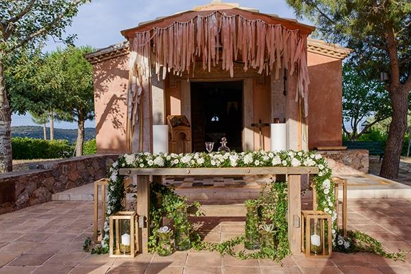 rustic -ξύλινο-τραπέζι-διακοσμημένο-πλούσια-γιρλάντα