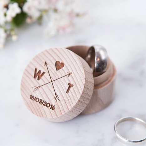 Ξύλινο κουτάκι για τις βέρες του γάμου σας με χαραγμένα τα αρχικά των ονομάτων της νύφης και του γαμπρού