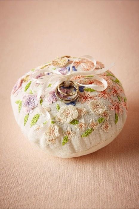 Πανέμορφη θήκη-μαξιλαράκι για τα δαχτυλίδια του γάμου σας