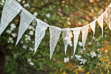 Όμορφο Banner με λευκές σημαιούλες από δαντέλα για διακόσμηση σπιτιού για γάμο
