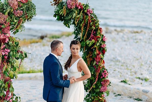 Αψιδα γαμου με φουξια λουλουδια