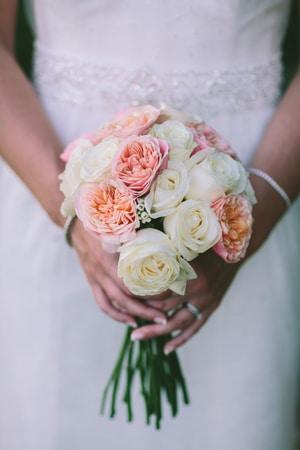 Νυφικη ανθοδεσμη με ιβουαρ τριανταφυλλα