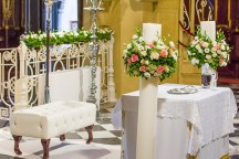 Διακοσμηση εκκλησιας με λουλουδια
