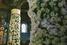 Στολισμος εκκλησιας με λουλουδια