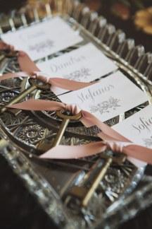 Διακοσμηση γαμου με καρτελακια με τα ονοματα καλεσμενων