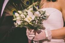 Ανθοδεσμη για νυφη διακοσμημενη με φτερα  παγωνιου