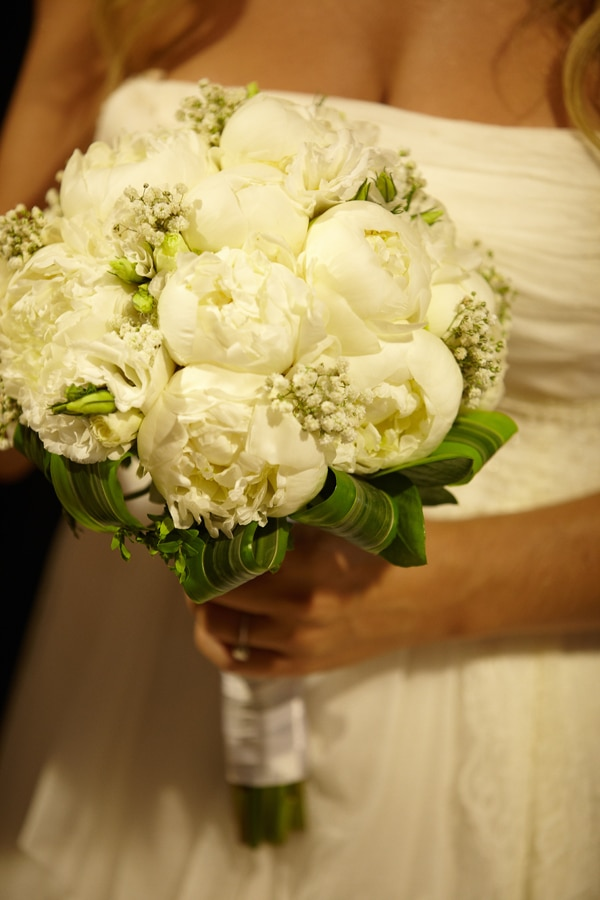 529f23be1f2f Ρομαντικη νυφικη ανθοδεσμη με λευκα λουλουδια - Love4Weddings