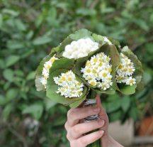 Νυφικη ανθοδεσμη με φυλλα απο νουφαρα