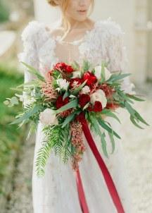 Νυφικη ανθοδεσμη με κοκκινα τριανταφυλλα