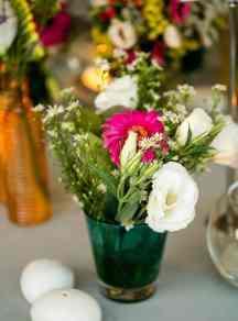 Στολισμος γαμου με πολυχρωμα λουλουδια