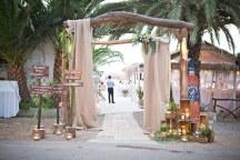 Στολισμος εισοδου γαμου σε παραλια
