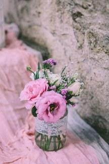 Ρομαντικος στολισμος γαμου με ανθη