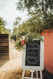 Στολισμος δεξιωσης γαμου με πινακιδες