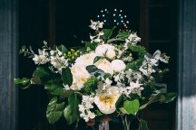 Νυφικη ανθοδεσμη με λουλουδια σε λευκο χρωμα