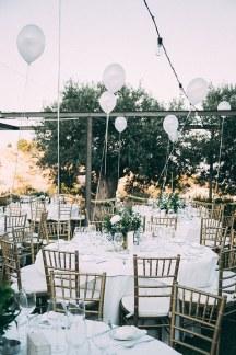 Ρομαντικη διακοσμηση γαμου με λευκο χρωμα
