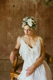 Νυφικο αξεσουαρ για τα μαλλια με λευκα λουλουδια