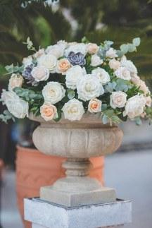 Στολισμος εκκλησιας με φουντωτα μπουκετα λουλουδιων