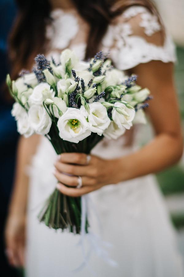 Ρομαντικη ανθοδεσμη με λευκα ανθη