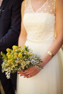 Νυφικη ανθοδεσμη με κιτρινα αγριολουλουδα